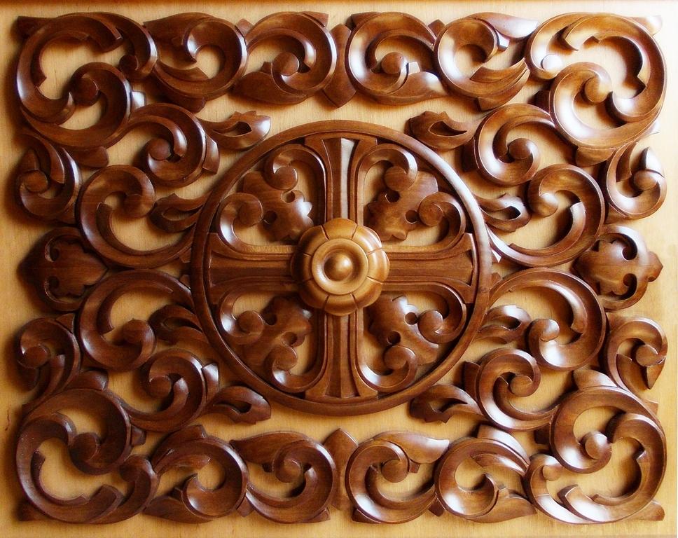 Один из вариантов греческого равностороннего креста с резной розеткой и стилизованным орнаментом
